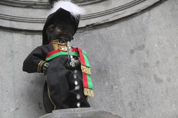Manneken-Pis enfile son costume de Bourgmestre de la Commune Libre de l'Îlot Sacré