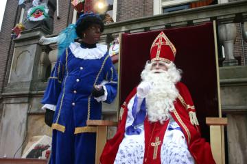 Le grand saint Nicolas approche de vos cheminées, à vos petits souliers !