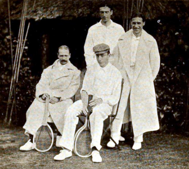 Equipes anglaise (debout, Reginald Doherty et Lawrence Doherty) et belge (assis, William le Maire de Warzée et Paul de Borman) lors de la Coupe Davis de 1904.