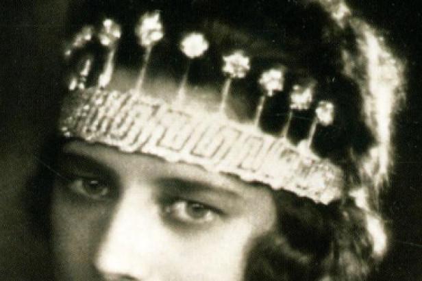 Le bijou de nos reines : le diadème des 9 provinces