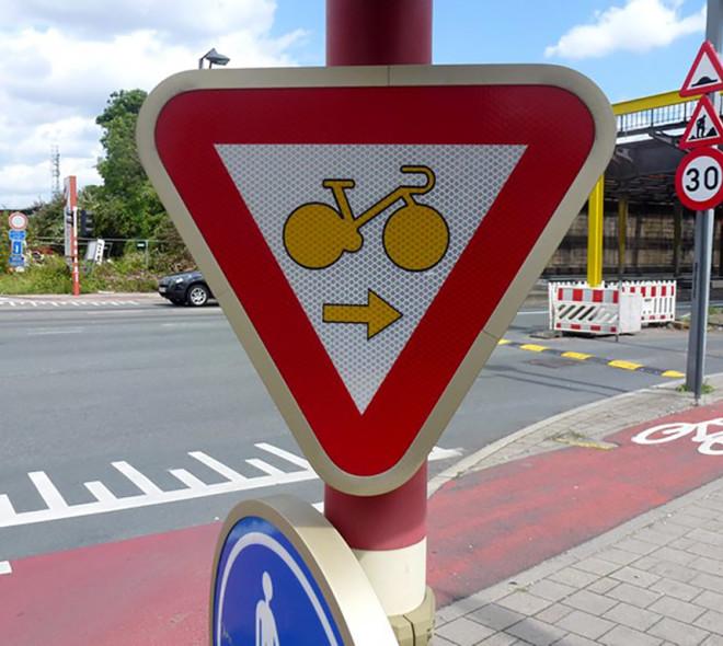 Les cyclistes peuvent franchir un feu rouge pour tourner à droite