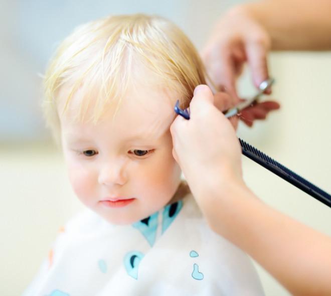 La première coupe de cheveux des enfants