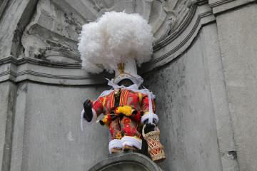 Manneken-Pis enfile son costume de Gille de Binche !