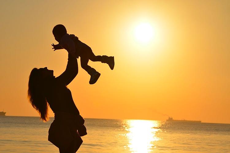 Comment porter bébé sans se faire mal au dos ?