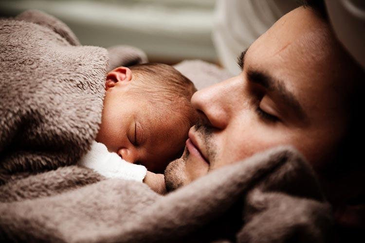 Comment porter bébé sur le ventre ?