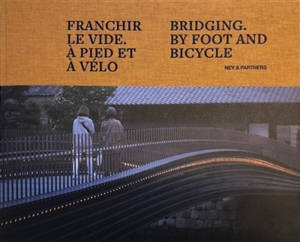 Franchir le vide, à pied et à vélo = Bridging, by foot and bicycle