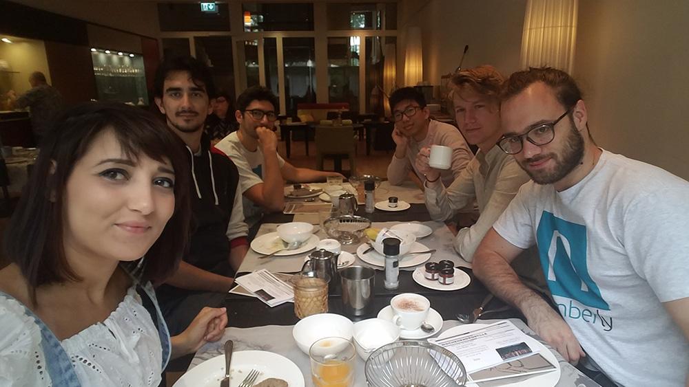Notre équipe partageant un repas