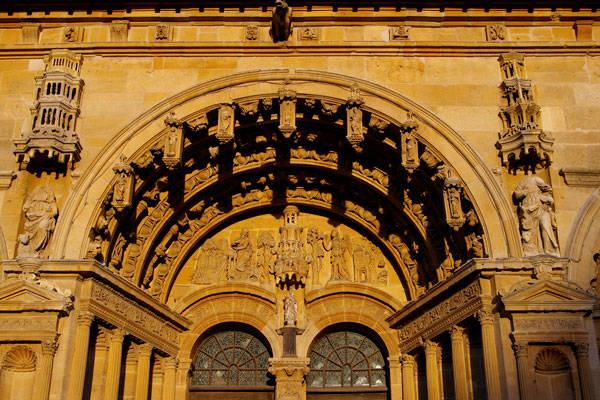 OTAA_HomePage_ca-minteresse_artisans-eglise_fronton_Saint-Maurille_Vouziers.jpg