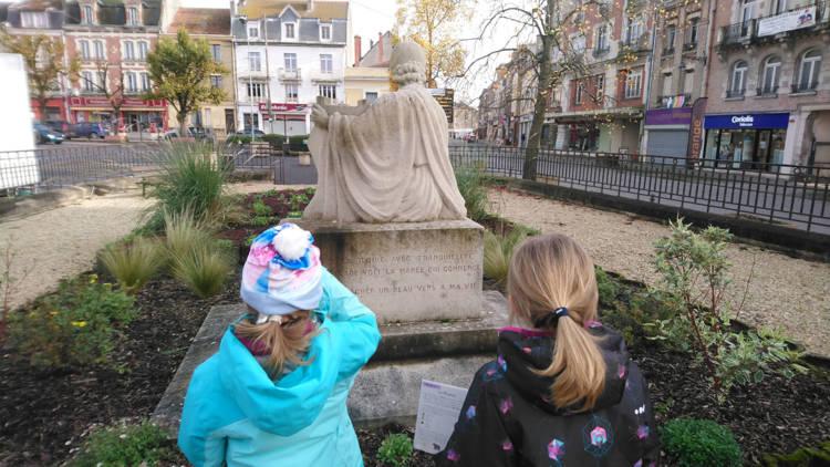 OT_Argonne_Ardenne_Tourisme_Vouziers_A_la_Recherche_avion_Roland_Garros_page1_enfants+monument.jpg