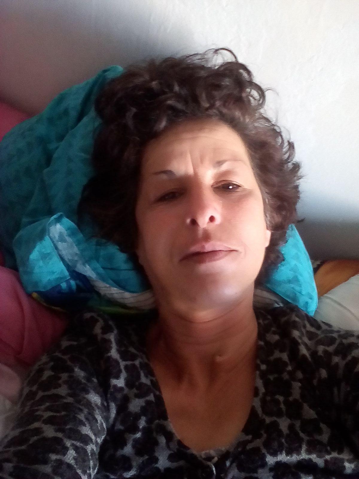 94120 jeune femme a forte poitrine nu selfi