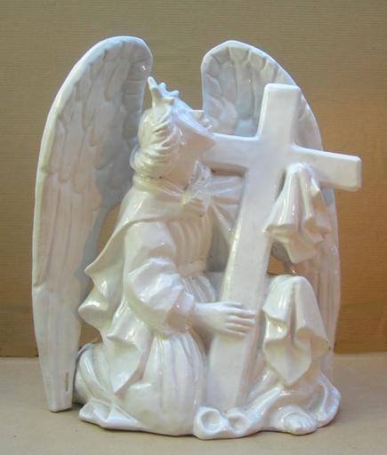 Ange agenouillé portant une croix [titre attribué]