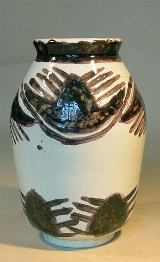 Vase blanc à frises abstraites [titre attribué]