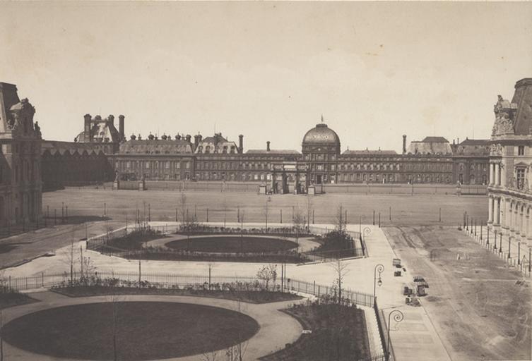 Paris. Le Louvre et les Tuileries vus de la Cour Napoléon_0