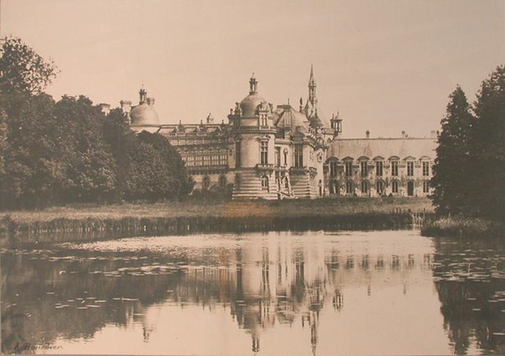 Le château de Chantilly vu du jardin anglais