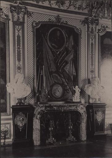 Le château de Chantilly : cheminée de la galerie des Batailles_0