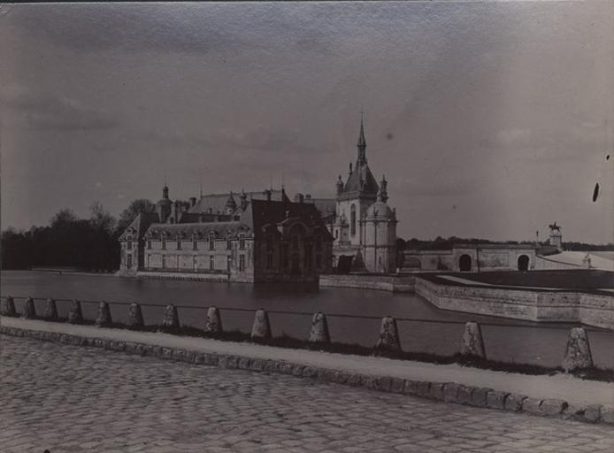 Le château de Chantilly : vu de la route_0
