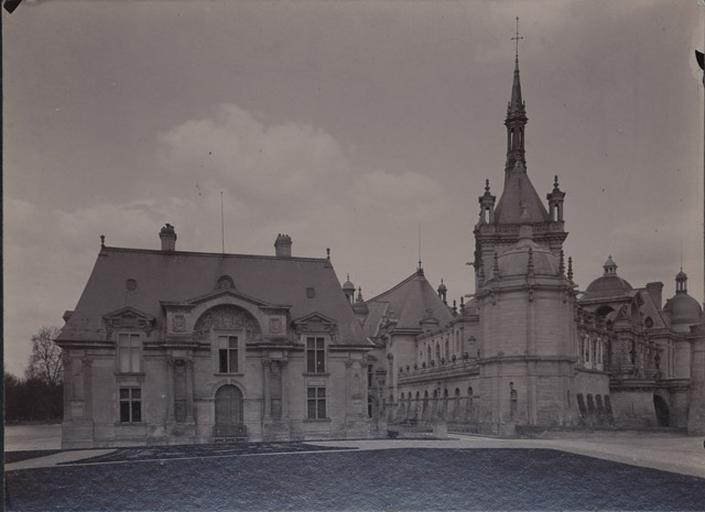Le château de Chantilly : le pavillon Jean-Bullant et la chapelle_0