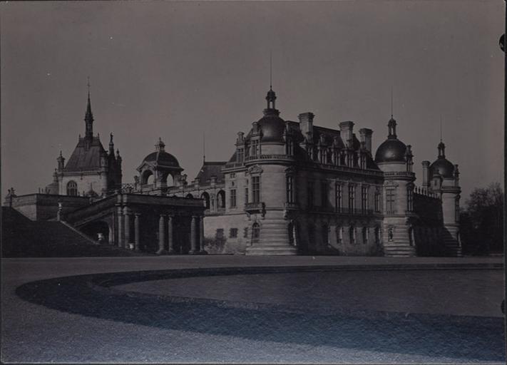 Le château de Chantilly, vu des parterres_0