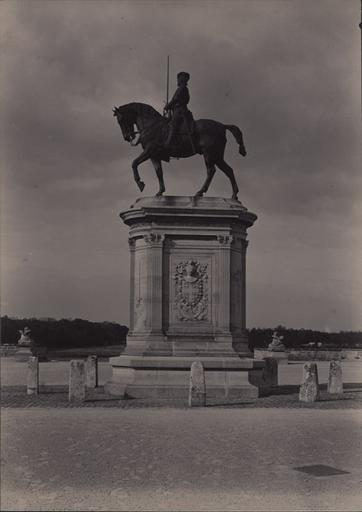 Le château de Chantilly, la statue du Connétable_0