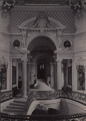 Le château de Chantilly : L'escalier d'honneur vu vers la Galerie des Cerfs_0