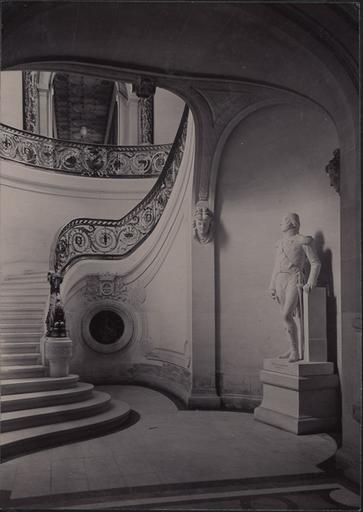 Le château de Chantilly : l'escalier d'honneur vu du rez-de-chaussée_0