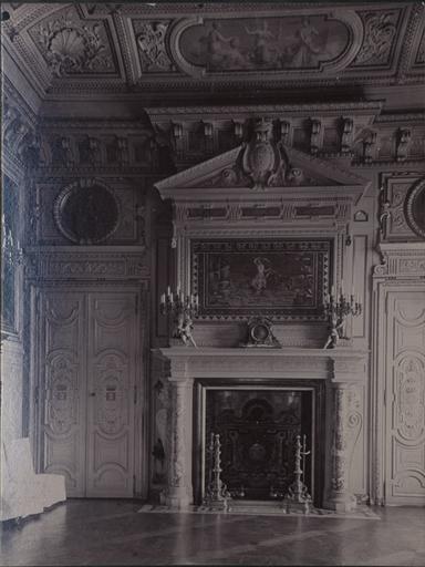 Le château de Chantilly : La cheminée dans la salle des gardes, l'enlèvement d'Europe_0