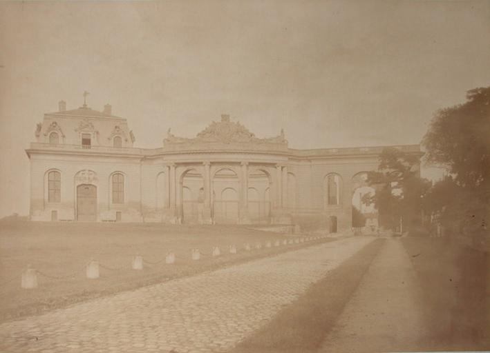 Les Grandes Ecuries de Chantilly : le pavillon du Manège et la Porte Saint-Denis. 1885. 78_0