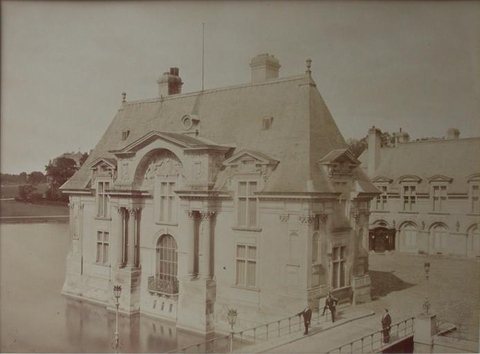 Chantilly : le pavillon Jean-Bullant et la cour de la Capitainerie. 1885. 70_0