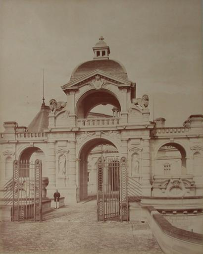 Chantilly : l'entrée de la cour d'honneur. 1885. 72_0