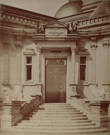 Chantilly : la cour d'honneur et l'escalier du logis. 1885. 39_0