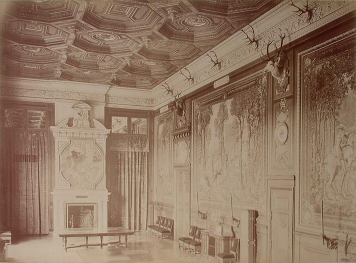 Chantilly : la Galerie des Cerfs et la cheminée. 1885. 74