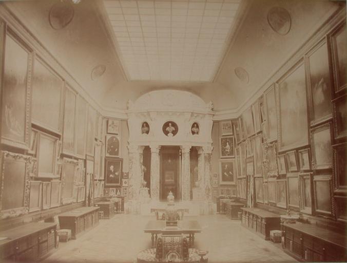 Chantilly : la Galerie de peinture vue du côté de la Rotonde. 1885. 37