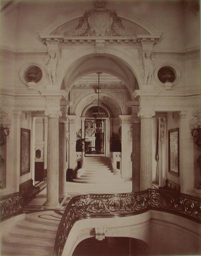 Chantilly : l'escalier d'honneur et l'entrée de la Galerie des Cerfs. 1885. 33_0
