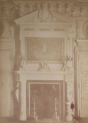 Chantilly : la salle des Gardes : la mosaîque et la cheminée. 1885. 38