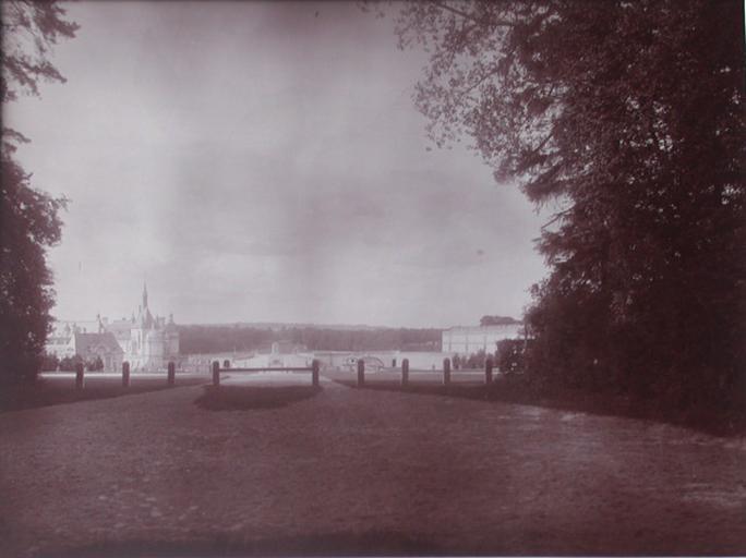 Chantilly : le château et la grille d'honneur vus de la route du Connétable. 1885_0