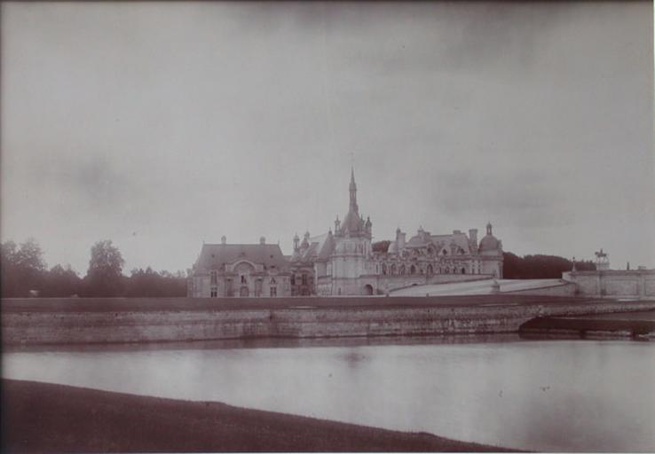 Chantilly : le château et la Capitainerie vus de l'étang de Sylvie. 1885_0