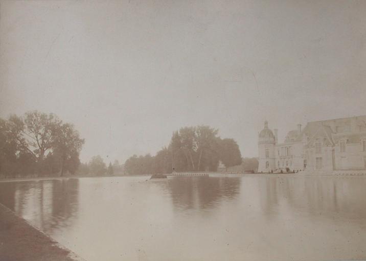 Chantilly : le château et la capitainerie vus du jardin anglais. 1885