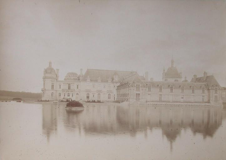 Chantilly : le petit château et la chapelle vus du jardin anglais. 1885_0