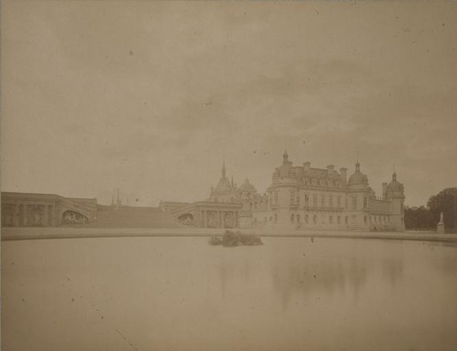 Chantilly : le château et le Grand Degré vus de la Gerbe avant la mise en place de la statue du Connétable. 1885. 19_0