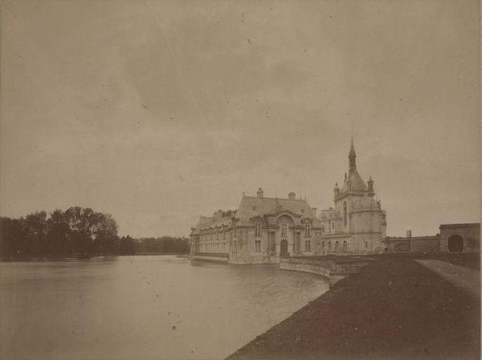 Chantilly : le petit château et la chapelle vus de la grille d'honneur. 1885. 35_0