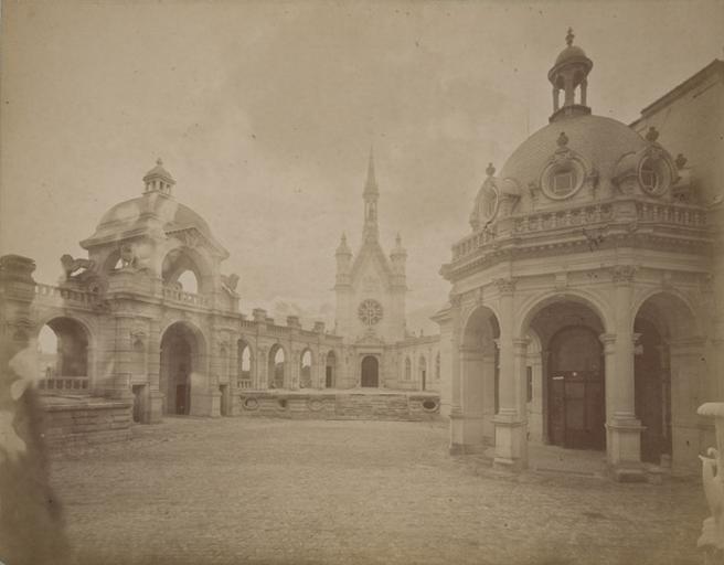 Chantilly : l'intérieur de la cour d'honneur. 1885. 4_0