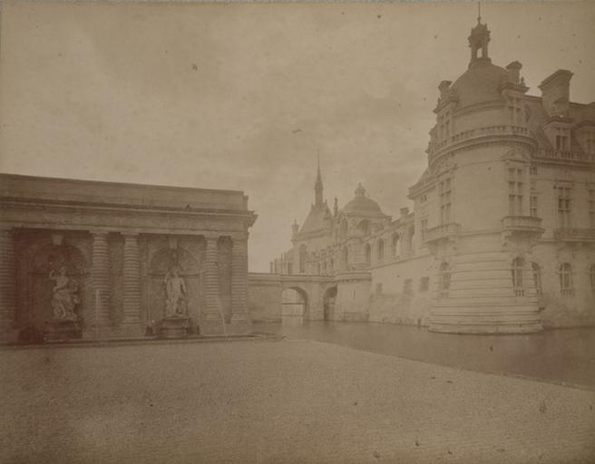 Chantilly : la tour du Connétable et la chapelle vus des parterres. 1885. 24_0