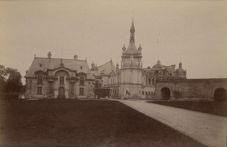 Chantilly : le pavillon Jean Bullant et la chapelle. 1885. 956_0