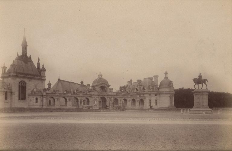 Chantilly : la galerie de la chapelle et la statue du Connétable. 1885. 960