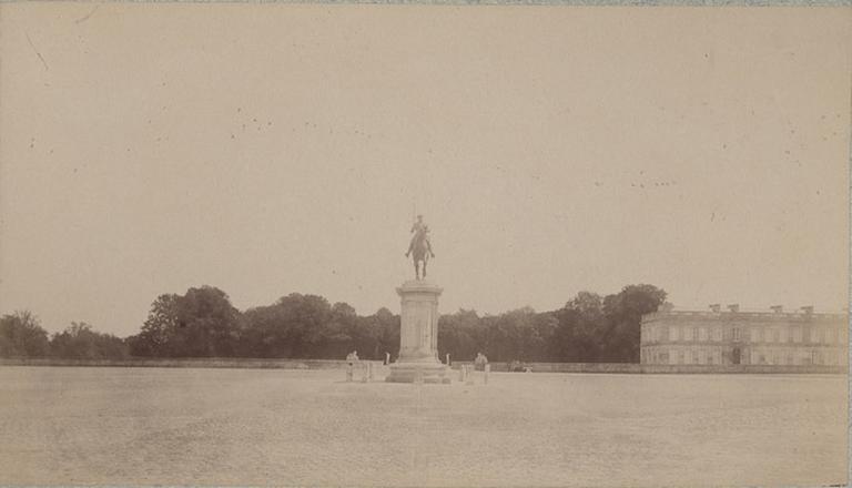 Chantilly : la statue du Connétable et la château d'Enghien. 963_0