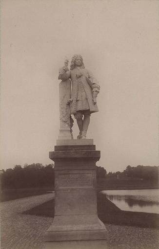 Chantilly : la statue de La Bruyère. 965