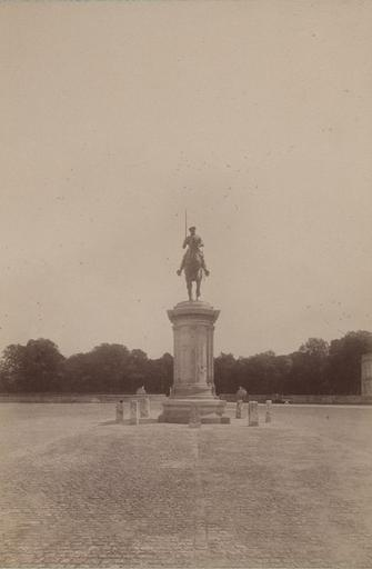 Chantilly : la statue du Connétable du côté du château d'Enghien. 968