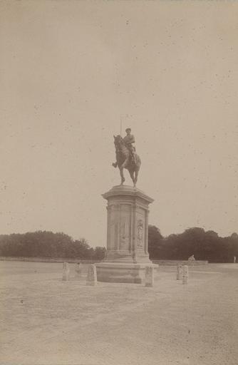 Chantilly : la statue du Connétable et la forêt. 969_0