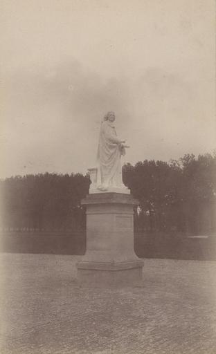 Chantilly : la statue de Bossuet. 973