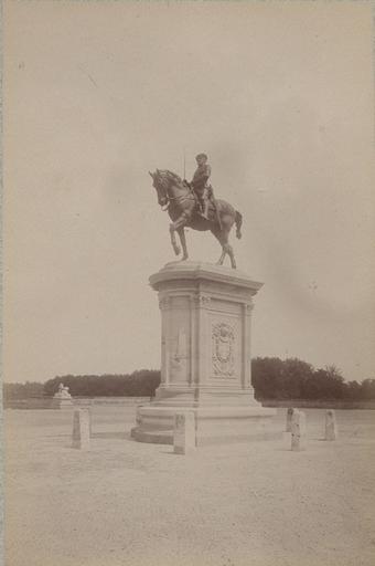 Chantilly : la statue du Connétable. 975